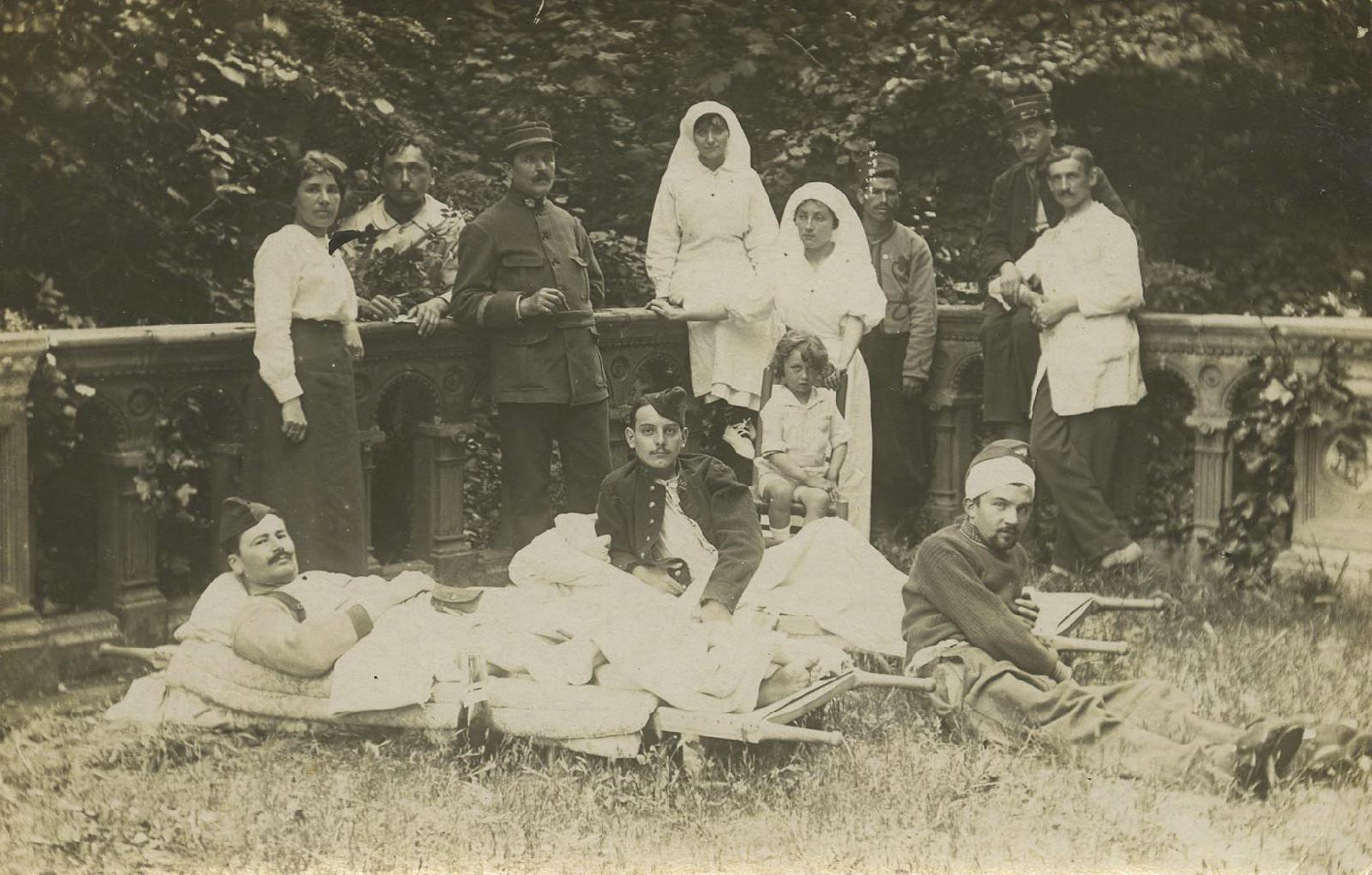 Blessés et personnel de l'hôpital temporaire du Caousou.